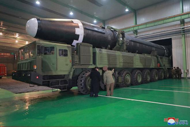 Chi tiết quá trình chuẩn bị phóng tên lửa có thể vươn đến Washington của Triều Tiên - Ảnh 4.