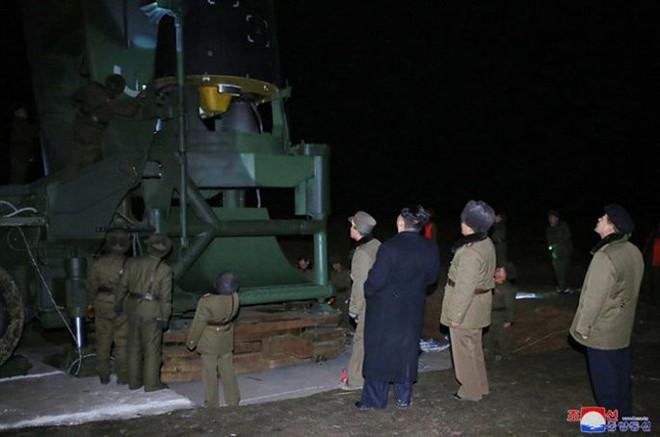 Ông Kim Jong-un cười tươi chỉ đạo phóng tên lửa có thể vươn đến Washington - Ảnh 4.