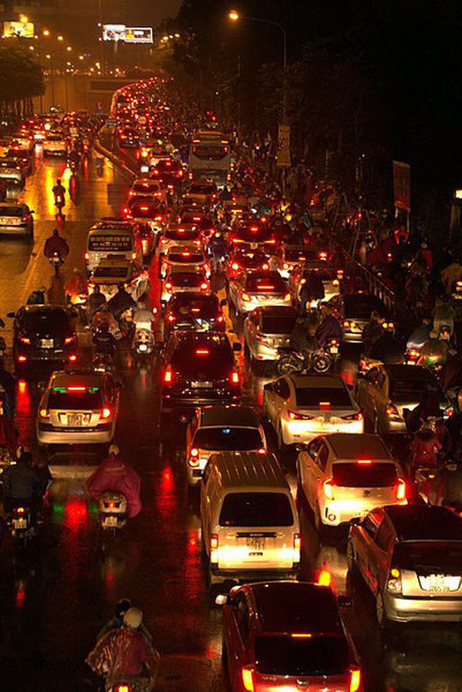 Hàng ngàn người dân Thủ đô chôn chân trong mưa rét vì tắc đường - Ảnh 3.