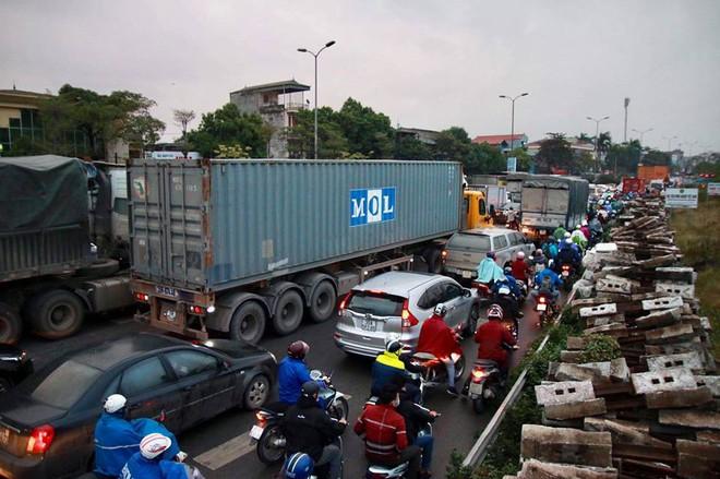 Hà Nội: Người dân tiếp tục về quê nghỉ Tết Dương lịch, đường cao tốc quốc lộ 5 ùn tắc kéo dài hàng km - Ảnh 3.