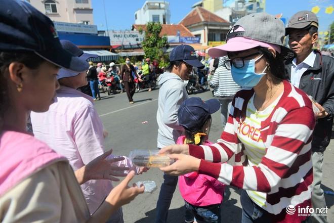 Chùa Bà Thiên Hậu: Du khách xúc động nhận nước uống, đồ ăn, giữ xe miễn phí - Ảnh 4.