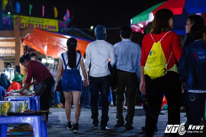 Lễ hội Đền Hùng 2017: Bất chấp cảnh báo, thiếu nữ váy ngắn vẫn hồn nhiên tung tăng - Ảnh 5.