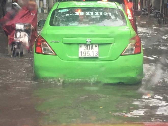 Mưa lớn đầu mùa, phố Hà Nội ngập sâu, giao thông ùn tắc - Ảnh 5.