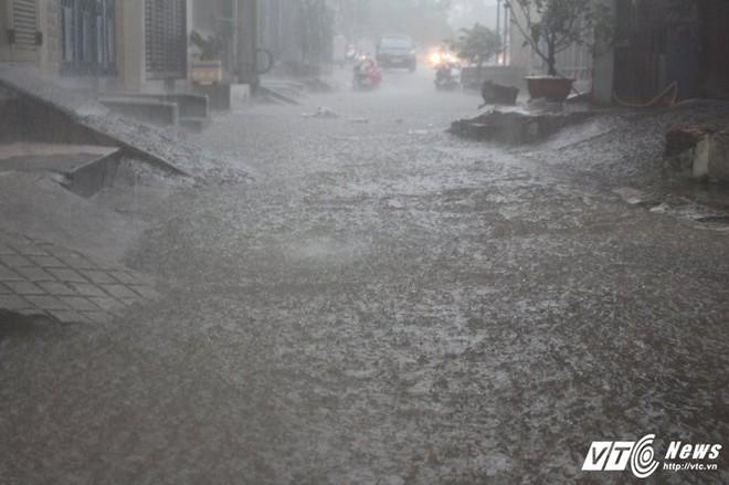Mưa trắng trời Sài Gòn, hàng loạt tuyến đường chìm trong biển nước - Ảnh 5.