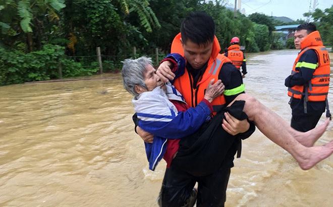 Xúc động những hình ảnh cứu dân trong lũ