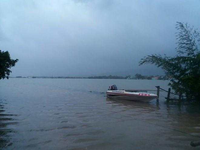 Nước lên nhanh, rốn lũ Nông Sơn vẫn đang bị cô lập - Ảnh 6.