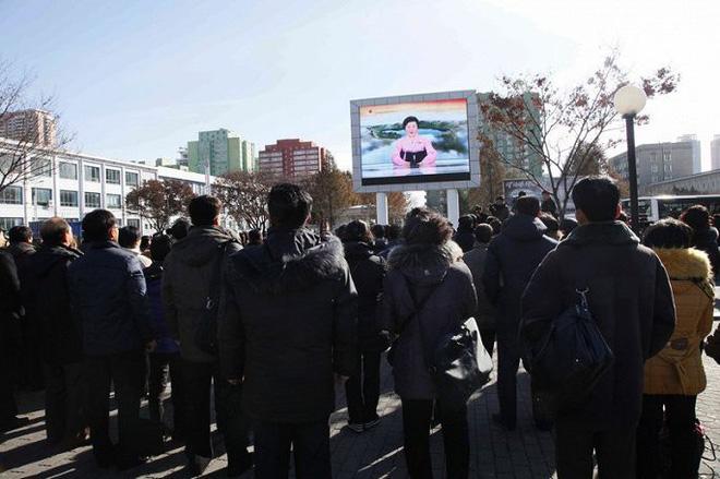 Ảnh: Dân Triều Tiên mừng rỡ xem thông báo thử tên lửa thành công - Ảnh 5.
