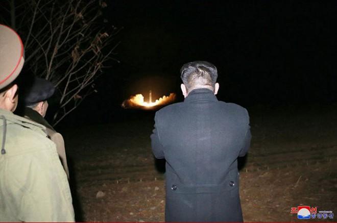 Ông Kim Jong-un cười tươi chỉ đạo phóng tên lửa có thể vươn đến Washington - Ảnh 5.