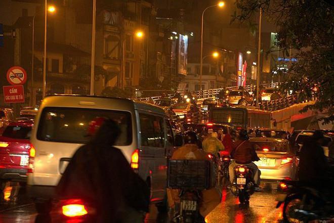 Hàng ngàn người dân Thủ đô chôn chân trong mưa rét vì tắc đường - Ảnh 4.