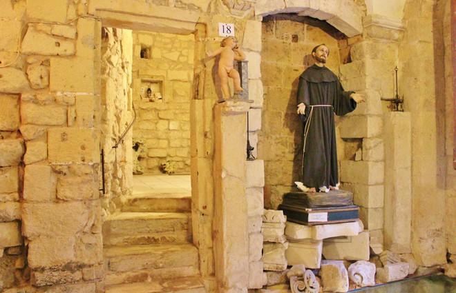 Sửa nhà vệ sinh cũ, người đàn ông phát hiện cả một kho tàng lịch sử vô giá từ hàng thế kỷ trước - Ảnh 5.