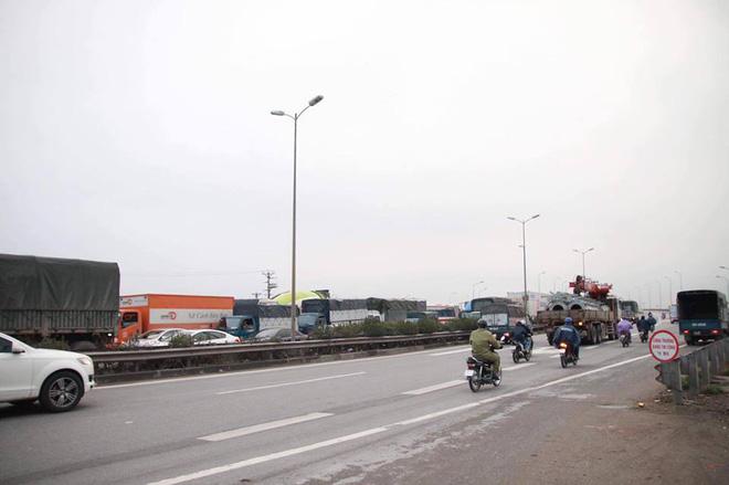 Hà Nội: Người dân tiếp tục về quê nghỉ Tết Dương lịch, đường cao tốc quốc lộ 5 ùn tắc kéo dài hàng km - Ảnh 4.