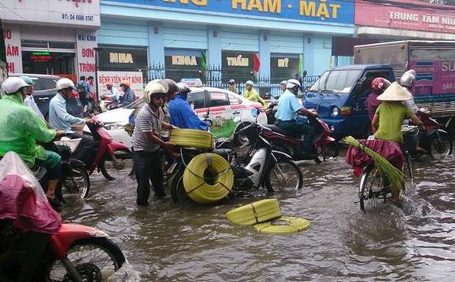 Mưa lớn đầu mùa, phố Hà Nội ngập sâu, giao thông ùn tắc
