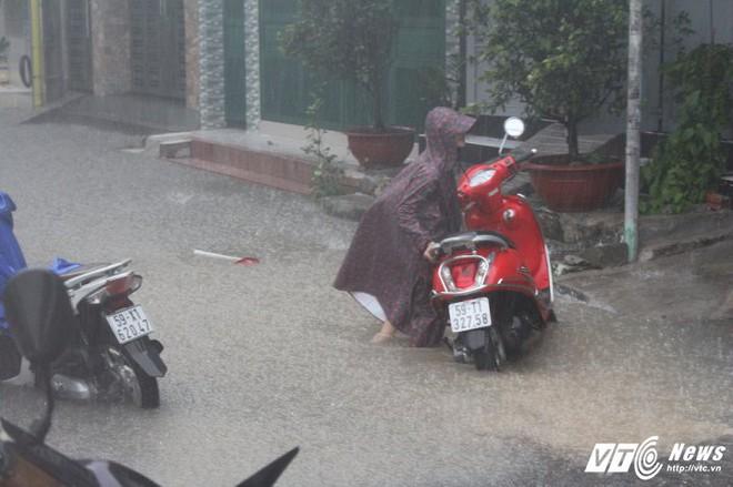 Mưa trắng trời Sài Gòn, hàng loạt tuyến đường chìm trong biển nước - Ảnh 6.