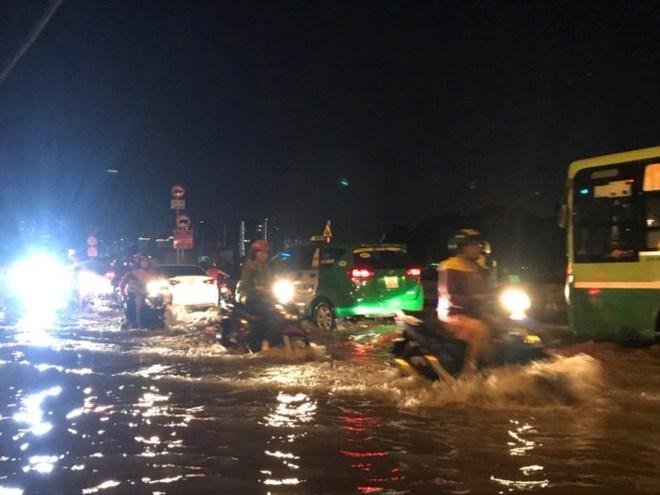 Triều cường vượt báo động, nhiều đường Sài Gòn ngập kinh hoàng - Ảnh 6.