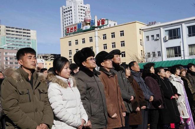 Ảnh: Dân Triều Tiên mừng rỡ xem thông báo thử tên lửa thành công - Ảnh 6.