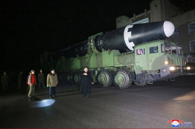 Chi tiết quá trình chuẩn bị phóng tên lửa có thể vươn đến Washington của Triều Tiên - Ảnh 6.
