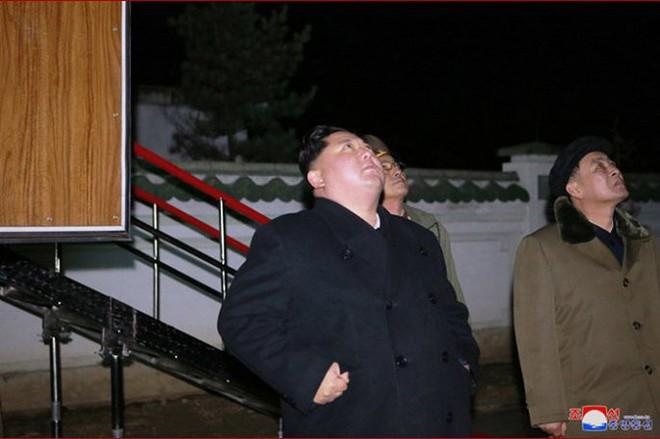 Ông Kim Jong-un cười tươi chỉ đạo phóng tên lửa có thể vươn đến Washington - Ảnh 6.