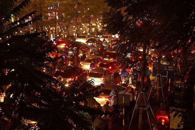 Hàng ngàn người dân Thủ đô chôn chân trong mưa rét vì tắc đường - Ảnh 5.