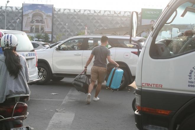Kẹt xe, hành khách chạy thục mạng vào sân bay Tân Sơn Nhất - Ảnh 6.