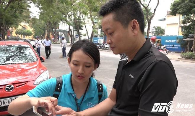 Ảnh: Tài xế sử dụng công nghệ đỗ xe thông minh tại Hà Nội thế nào? - Ảnh 8.