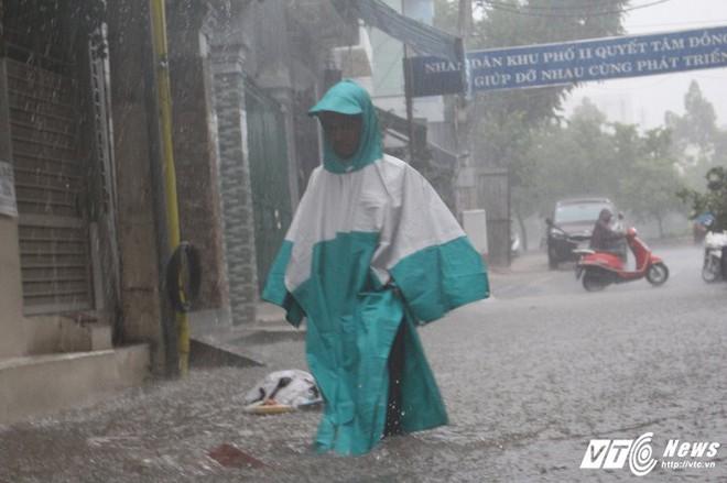 Mưa trắng trời Sài Gòn, hàng loạt tuyến đường chìm trong biển nước - Ảnh 7.