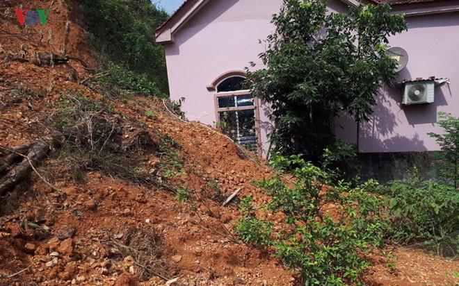 Núi sạt lở nghiêm trọng suýt vùi lấp 4 nhà dân - Ảnh 7.