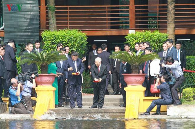 Ảnh: Chủ tịch Trung Quốc Tập Cận Bình vào Lăng viếng Chủ tịch Hồ Chí Minh - Ảnh 6.