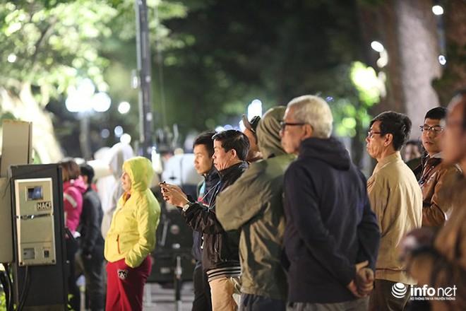 Nhiệt độ 11 độ C, người Hà Nội nổi lửa trên phố - Ảnh 7.
