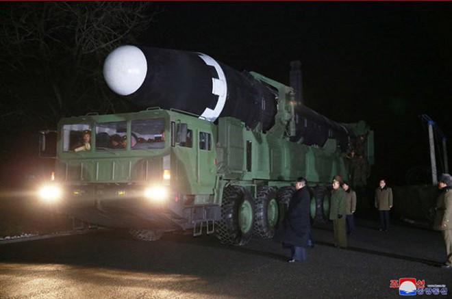 Chi tiết quá trình chuẩn bị phóng tên lửa có thể vươn đến Washington của Triều Tiên - Ảnh 7.