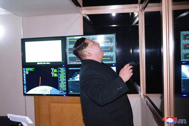 Ông Kim Jong-un cười tươi chỉ đạo phóng tên lửa có thể vươn đến Washington - Ảnh 7.