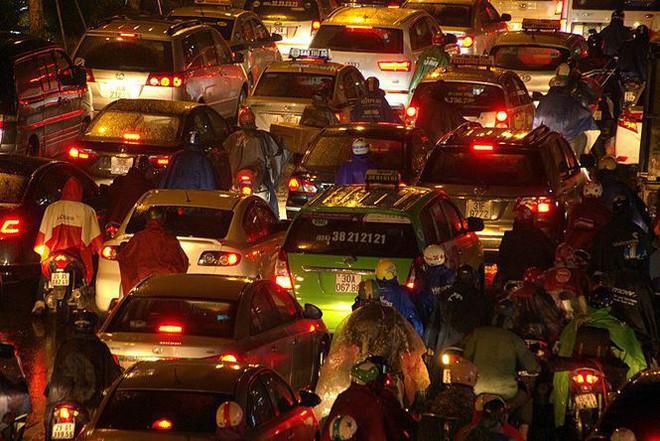 Hàng ngàn người dân Thủ đô chôn chân trong mưa rét vì tắc đường - Ảnh 6.