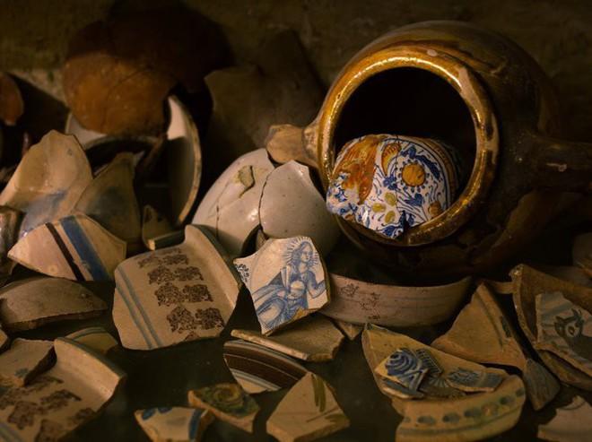 Sửa nhà vệ sinh cũ, người đàn ông phát hiện cả một kho tàng lịch sử vô giá từ hàng thế kỷ trước - Ảnh 7.