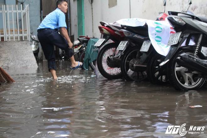 Mưa trắng trời Sài Gòn, hàng loạt tuyến đường chìm trong biển nước - Ảnh 8.