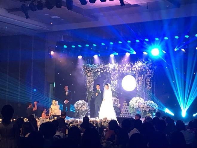 Những hình ảnh hiếm hoi về đám cưới ấm cúng của BTV Quang Minh và vợ trẻ - Ảnh 8.