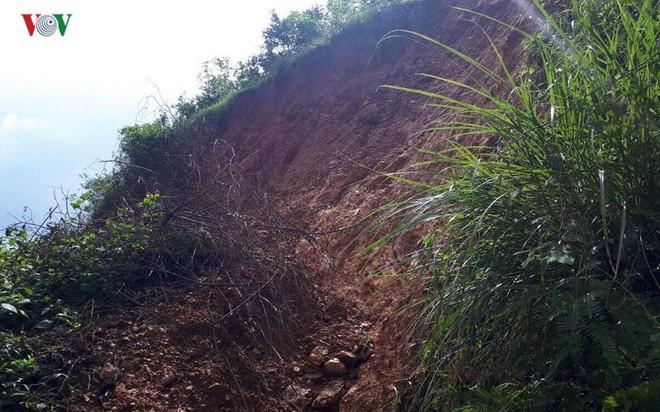 Núi sạt lở nghiêm trọng suýt vùi lấp 4 nhà dân - Ảnh 8.