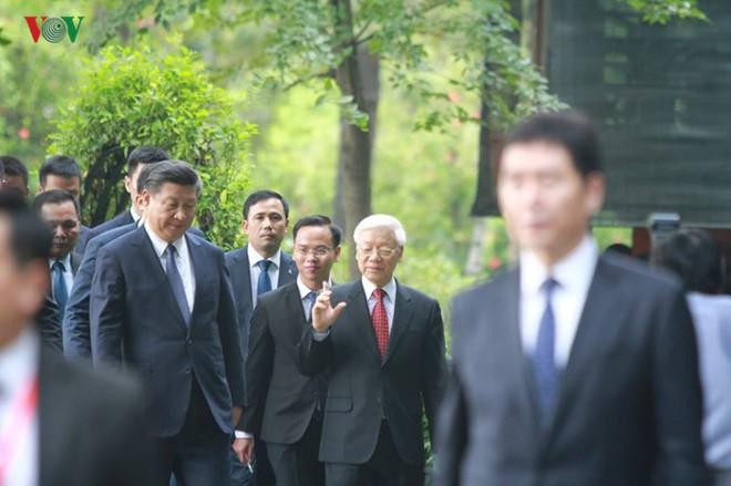 Ảnh: Chủ tịch Trung Quốc Tập Cận Bình vào Lăng viếng Chủ tịch Hồ Chí Minh - Ảnh 7.