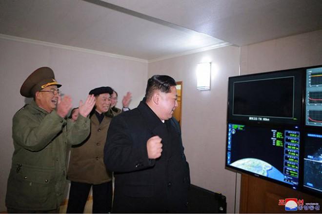 Ông Kim Jong-un cười tươi chỉ đạo phóng tên lửa có thể vươn đến Washington - Ảnh 8.