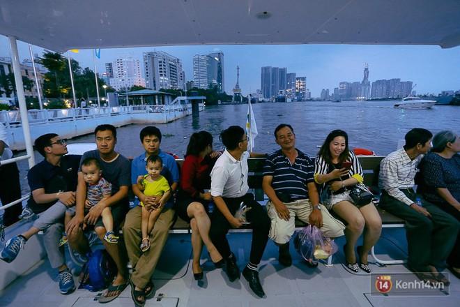 Buýt đường sông ở Sài Gòn cháy vé sau 10 ngày miễn phí, người dân chờ 2 tiếng mới được lên tàu - Ảnh 8.