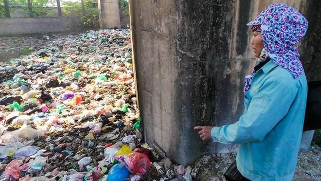 Bãi rác ngập dưới chân cầu Thăng Long - Ảnh 9.