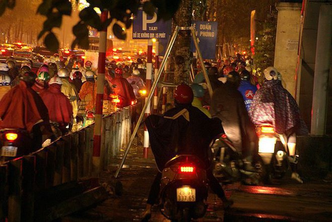 Hàng ngàn người dân Thủ đô chôn chân trong mưa rét vì tắc đường - Ảnh 7.