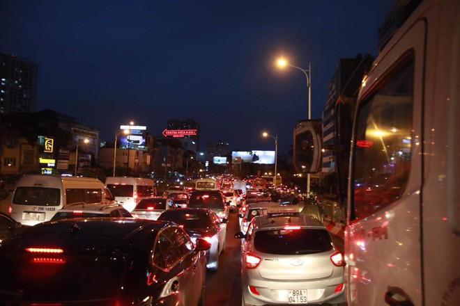 Hà Nội: Người dân tiếp tục về quê nghỉ Tết Dương lịch, đường cao tốc quốc lộ 5 ùn tắc kéo dài hàng km - Ảnh 7.