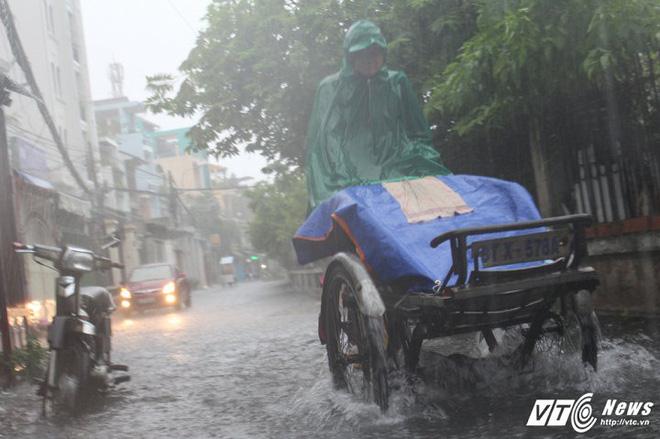 Mưa trắng trời Sài Gòn, hàng loạt tuyến đường chìm trong biển nước - Ảnh 9.