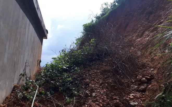 Núi sạt lở nghiêm trọng suýt vùi lấp 4 nhà dân - Ảnh 9.
