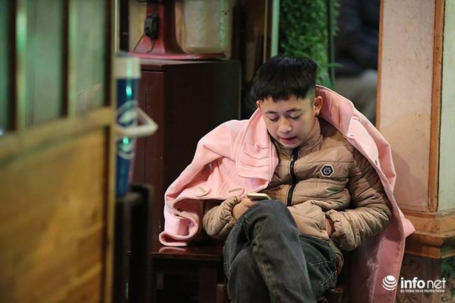 Nhiệt độ 11 độ C, người Hà Nội nổi lửa trên phố - Ảnh 9.