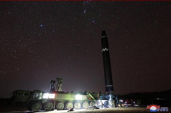 Chi tiết quá trình chuẩn bị phóng tên lửa có thể vươn đến Washington của Triều Tiên - Ảnh 9.