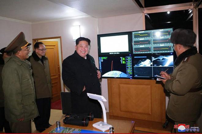 Ông Kim Jong-un cười tươi chỉ đạo phóng tên lửa có thể vươn đến Washington - Ảnh 9.