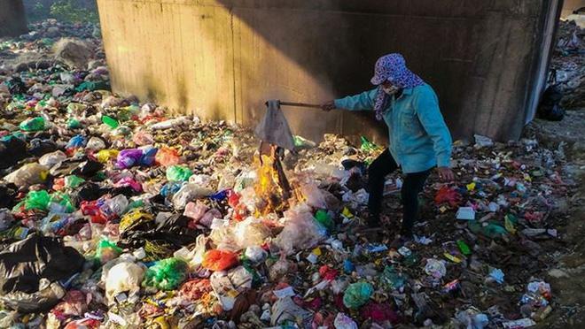 Bãi rác ngập dưới chân cầu Thăng Long - Ảnh 10.