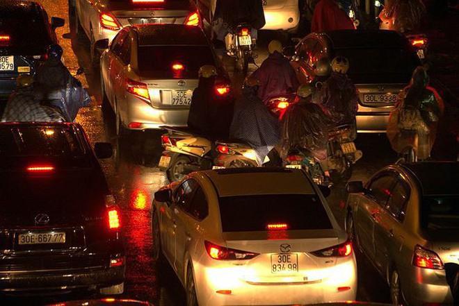 Hàng ngàn người dân Thủ đô chôn chân trong mưa rét vì tắc đường - Ảnh 8.
