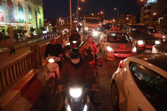 Hà Nội: Người dân tiếp tục về quê nghỉ Tết Dương lịch, đường cao tốc quốc lộ 5 ùn tắc kéo dài hàng km - Ảnh 8.