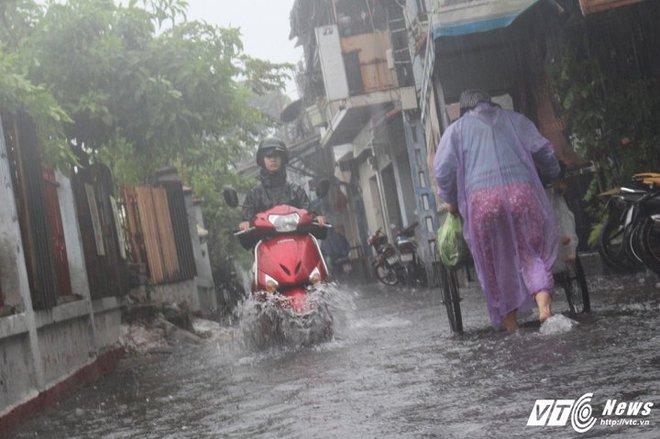 Mưa trắng trời Sài Gòn, hàng loạt tuyến đường chìm trong biển nước - Ảnh 10.
